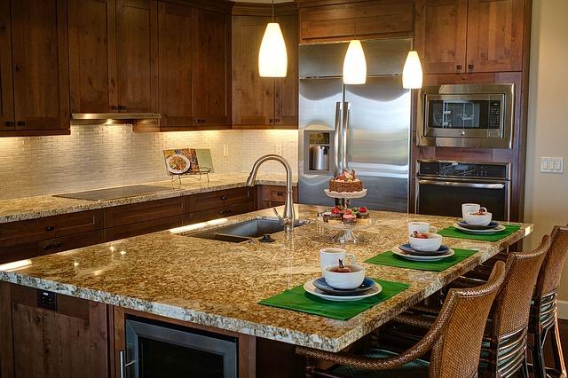 dřevěná kuchyně, jídelní pult, mističky, židle