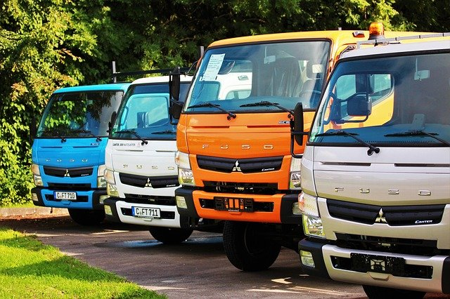 čtyři nákladní automobily.jpg