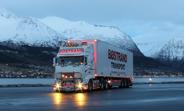 nákladní automobil v horách.jpg