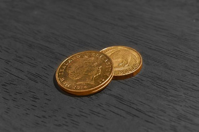 dvě zlaté mince na stole