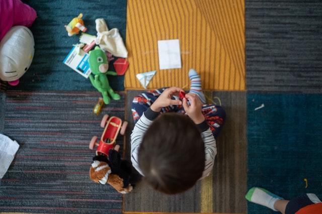 Pohled shora na hrající si dítě